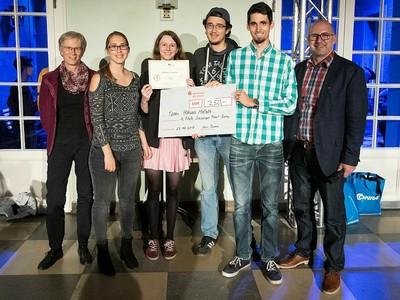 heißt das Siegerteam der Scavenger Hunt der Uni Bonn. Prorektorin Karin Holm-Müller (li.) gratulierte. Foto: Volker Lannert/Uni Bonn
