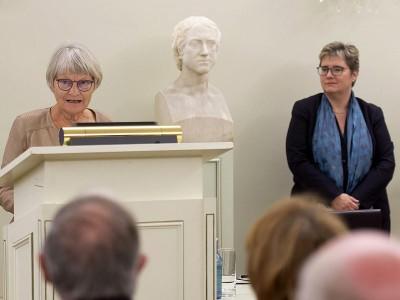 Ursula Mättig (li.) und Prof. Dr. Andrea Stieldorf haben ihr Buch bei der Präsentation der Festschrift zum 200-jährigen Bestehen der Universität Bonn vorgestellt. Foto: Volker Lannert/Uni Bonn