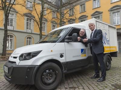 Rektor Prof. Dr. Dr. h.c. Michael Hoch (links) und Bernd Bohnes von der Deutschen Post AG. Foto: Barbara Frommann/Uni Bonn