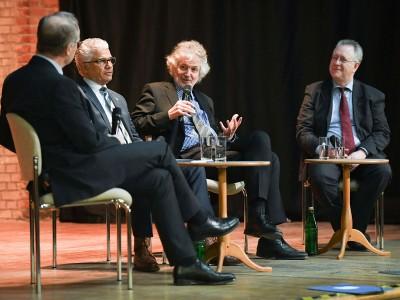 v.l.: Prof. Dr. Theo Kötter, Oberbürgermeister Ashok Sridharan, Prof. Martin zur Nedden und Rektor Prof. Dr. Dr. h.c. Michael Hoch diskutieren über die Verbindung von Uni und Stadt Bonn. Foto: Volker Lannert